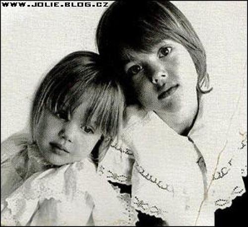Anđelina Džoli sa bratom, kad su bili mali