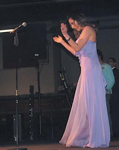 Ceca u ljubičastoj Versaće haljini