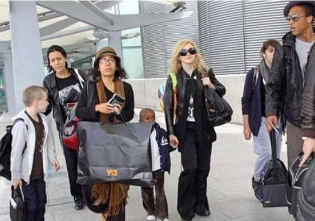 Madona na aerodromu sa decom, čeka Mersi