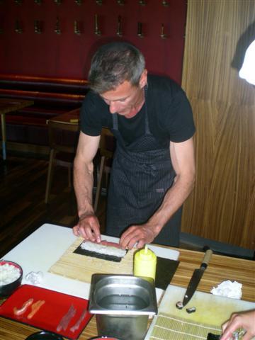 Rob Stjuart aka Nik Sloter priprema suši u restoranu Ginger