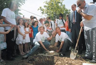 Srđa Popović i Rob Stjuart sade mladicu javora