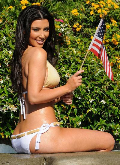Kim Kardašijan u bikiniju sa američkom zastavicom