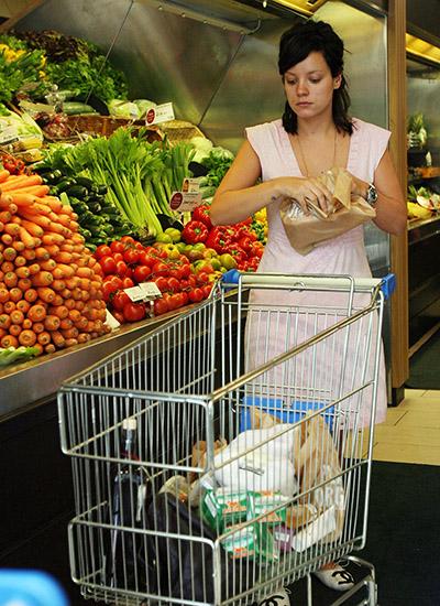 Lili Alen u supermarketu