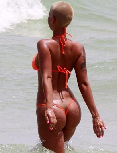 Amber Rouz u crvenom tanga kupaćem kostimu