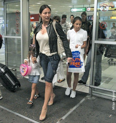"""Svetlana Ceca Ražnatović sa decom na aerodromu """"Nikola Tesla"""""""