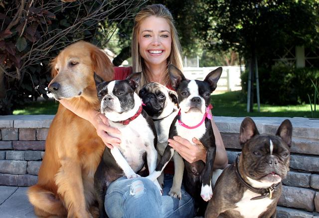Denis Ričards sa svojih pet pasa