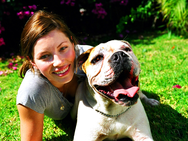 Džesika Bil sa svojim psom Istokom (East)