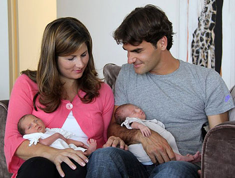 Mirka i Rodžer Federer sa bliznakinjama