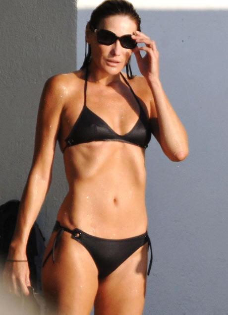 Karla Bruni u crnom kupaćem kostimu