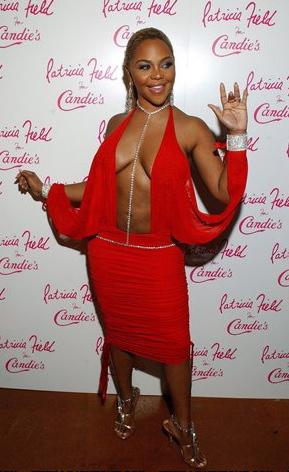Lil Kim u crvenoj haljini, septembar 2004.