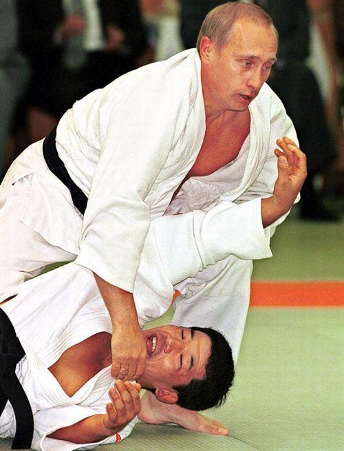 Vladimir Putin trenira karate