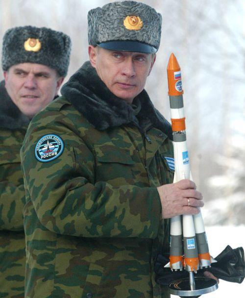 Vladimir Putin sa raketom u rukama