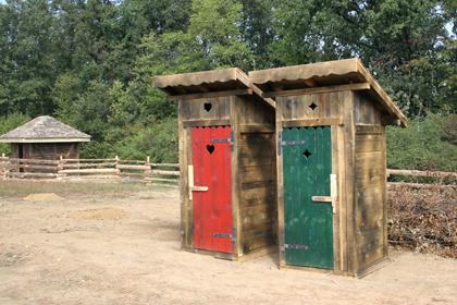 Farma: poljski wc - crveni ženski i zeleni muški
