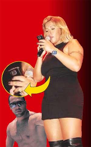 Seka Aleksić na nastupu nije se odvajala od telefona