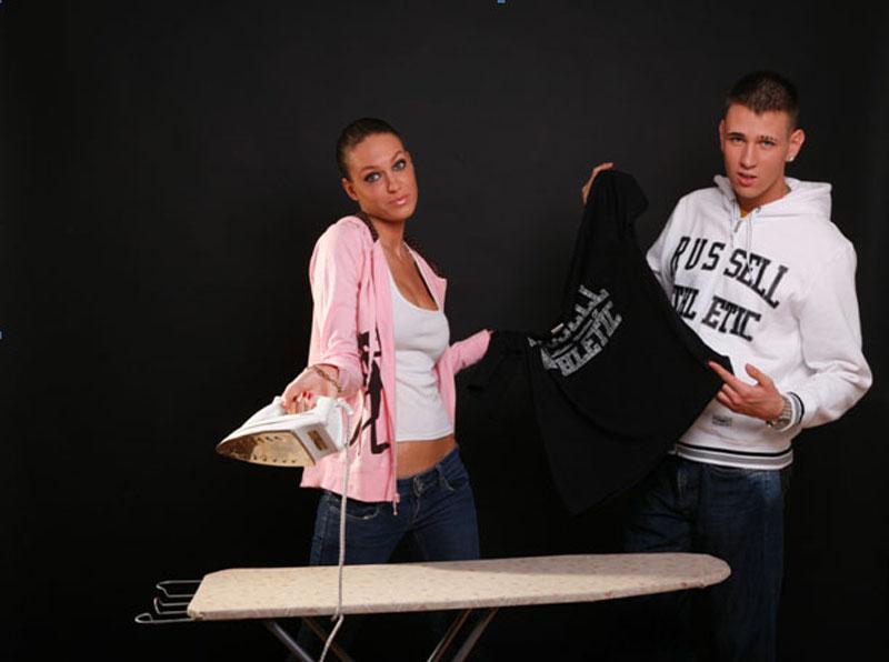 Sara Trajanović sa peglom u ruci i Stefan Cvijović Cvija