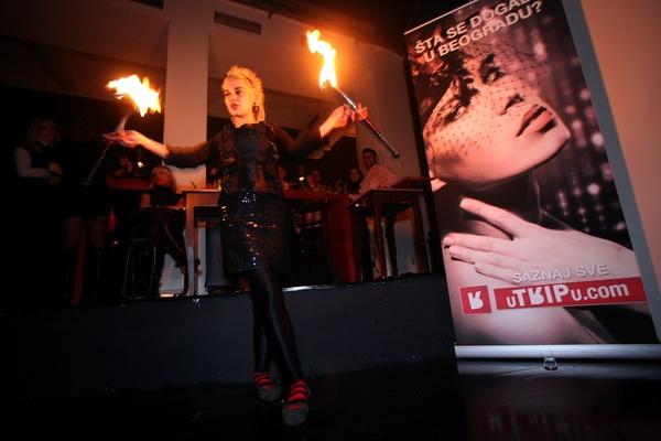Devojka koja vrti vatru - Red Hot party