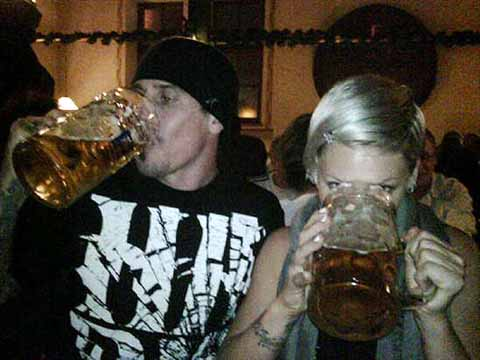 Pink i Keri Hart piju pivo