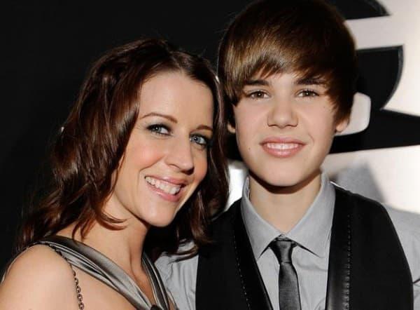 Justin Bieber sa mamom