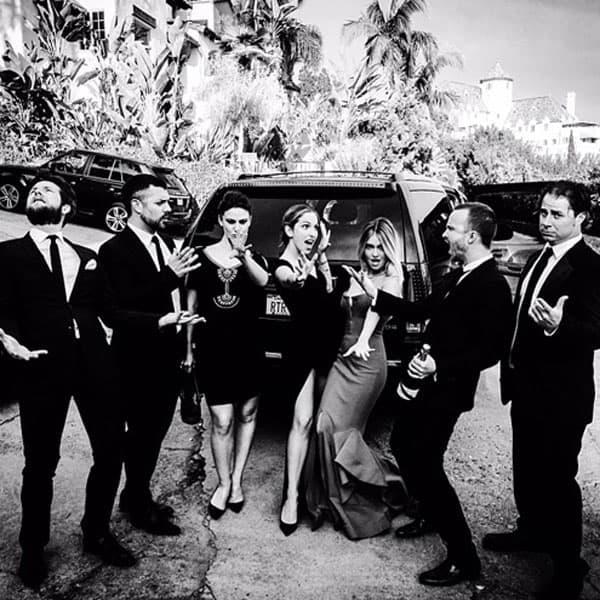 Izgleda da su Golden Globes kao matursko veče za poznate! Glumac serije Breaking Bad, Aaron Paul, ovako je ispozirao sa svojom ženom Lauren Parsekian i njegovim društvom.