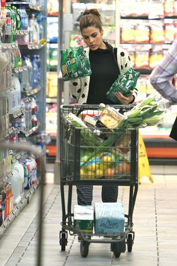 eva_mendes_supermarket_gelson (2)