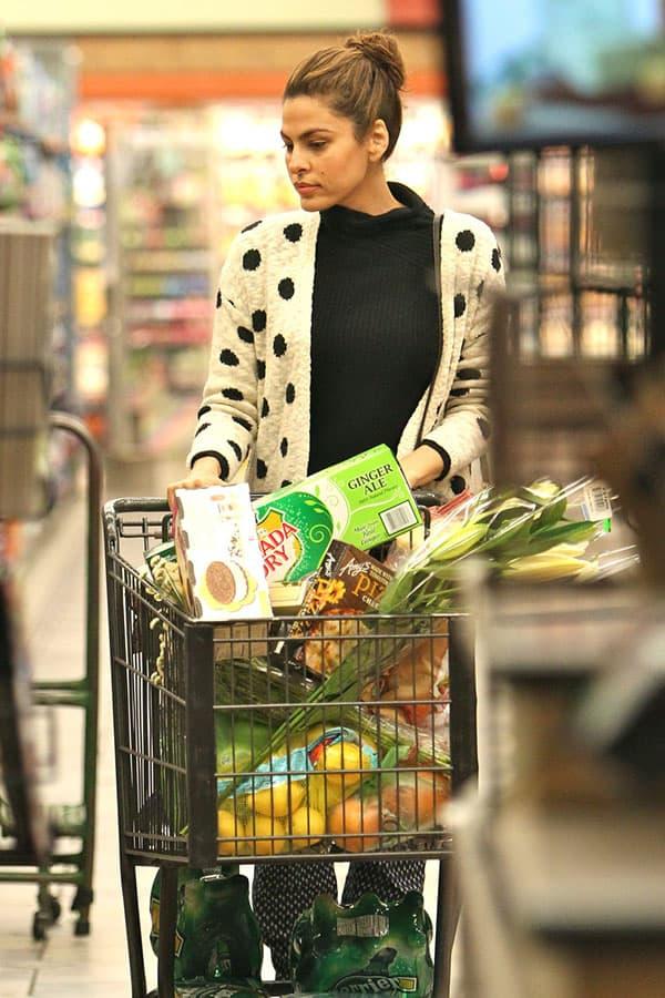 eva_mendes_supermarket_gelson (3)