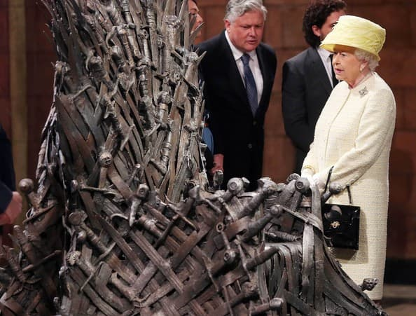 """Kraljica Elizabeta II posetila je postavku prestola iz serije """"Game Of Thrones"""". Izgleda da joj je njem dosadio. 24. jun, Belfast, Velika Britanija"""