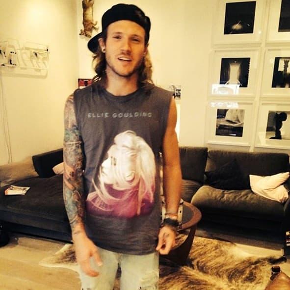 """Ellie Goulding objavila je fotku svog dečka Dougie Poynter koji nosi majicu sa njenim likom, napisavši """"Pronašla sam fana."""""""