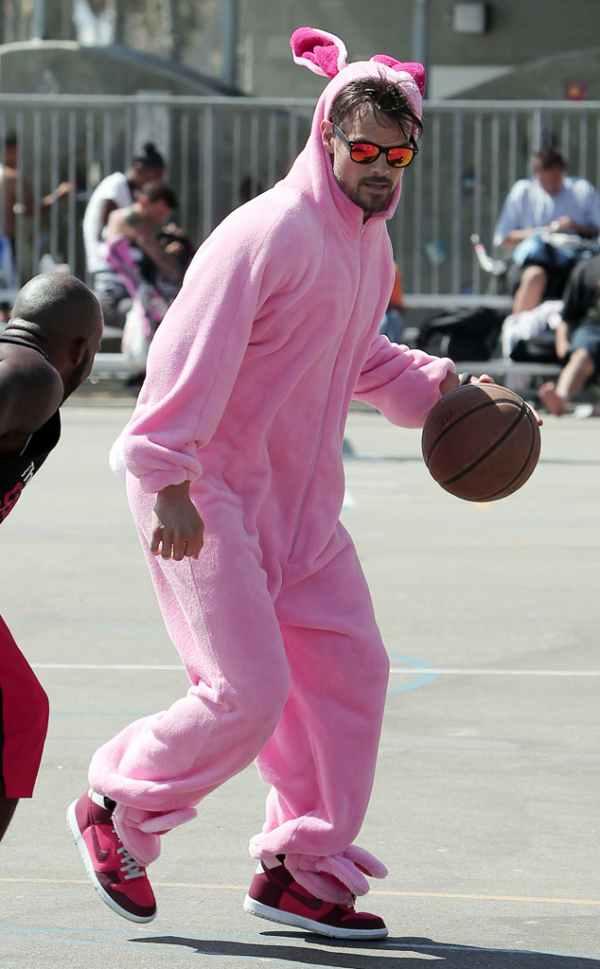 Roze zec igra basket