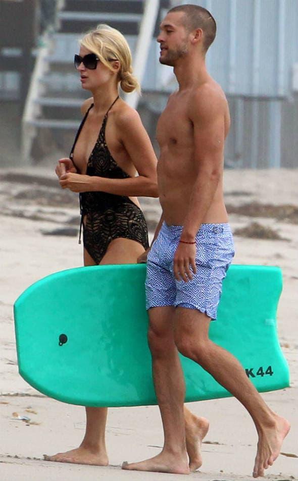 Paris i Josh na plaži Malibuu
