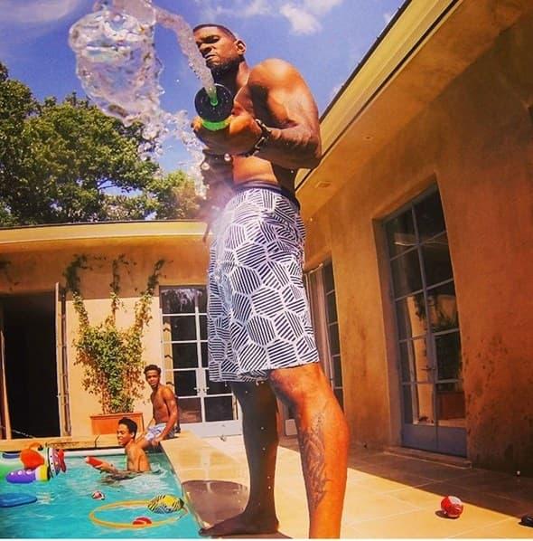 Usher se sjajno zabavljao sa prijateljima na bazenu!