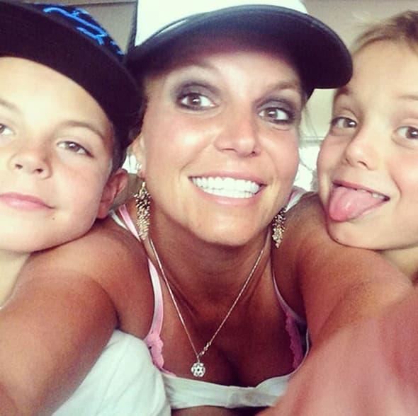 Britney Spears ponovo je solo, ali zbog toga ni malo ne tuguje. Pozirala je srećna i nasmejana sa svojim sinovima!