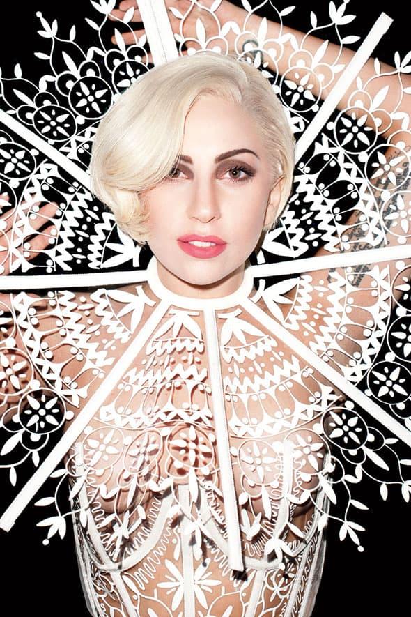 Lady Gaga rođena je kao Stefani Joanne Angelina Germanotta. Nekoliko je verziija kako je nastalo njeno umetničko ime, najpoznatija je ona da su joj ga osmislili marketinški magovi. (foto: HarpersBazaar)