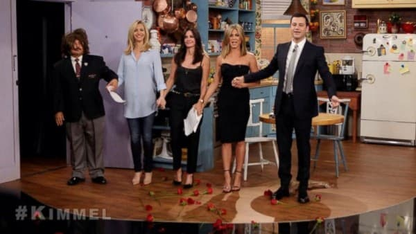 Ženski deo ekipe, zajedno sa voditeljem emisije (foto: ABC/Jimmy Kimmel Live)
