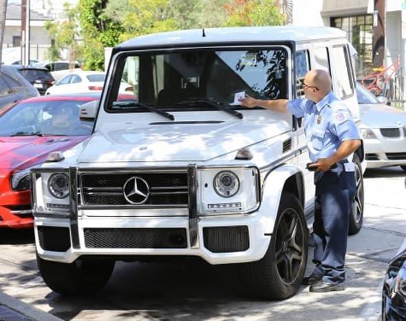 Kome je stigla kazna za nepropisno parkiranje? (foto: FameFlynet)