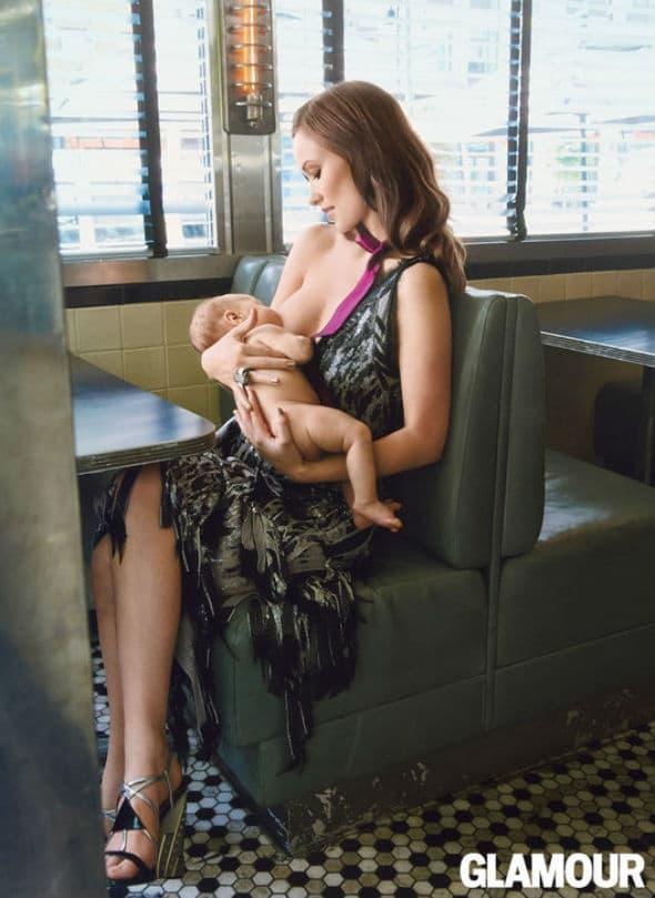 Fotografija koja će sigurno podeliti javnost: Glumica doji svog 3-omesečnog sina