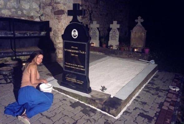 Pevačica renovira spomenik ocu Tadeju! (foto: Kurir)