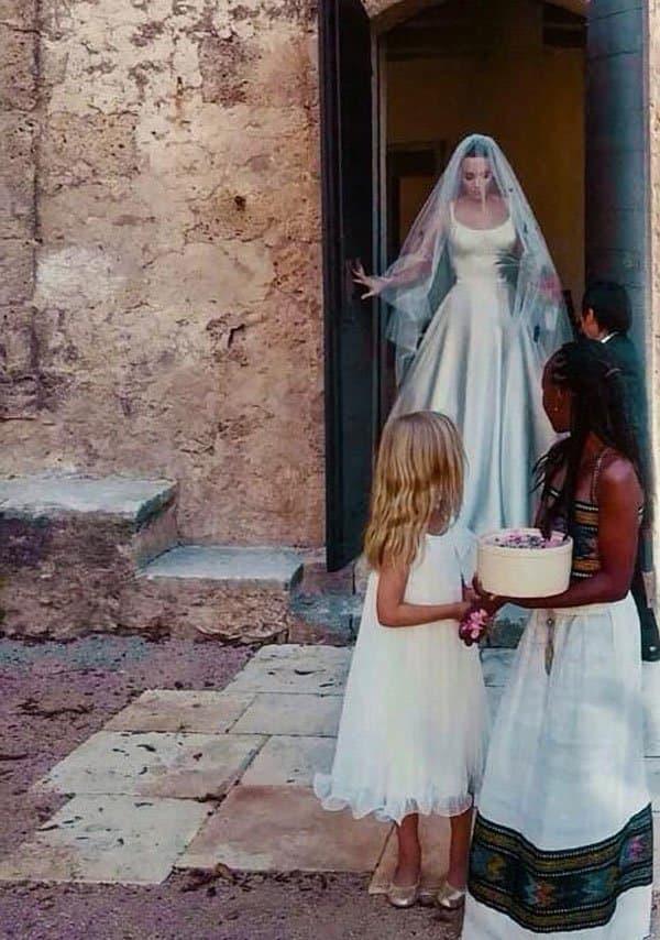 Ćerke su za glumicom prosipale latice (foto: twitter)