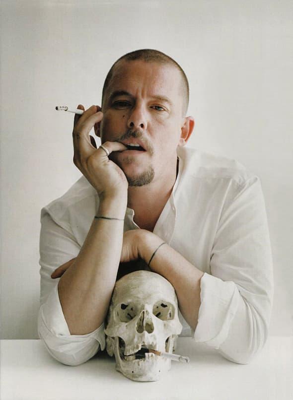 Samo nedelju dana nakon što mu je preminula majka, poznati svetski dizajner Alexander McQueen izgubio je bitku sa višegodišnjom depresijom! (foto: Paowmagazine)