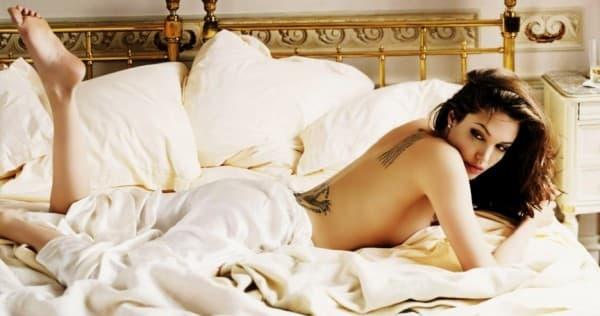 Ko bi rekao da je sexy Angelina hladna u krevetu (foto: therichest.com)