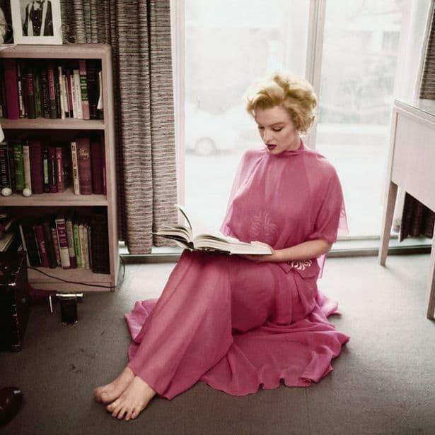 Marilyn MONROE posing in her apartment