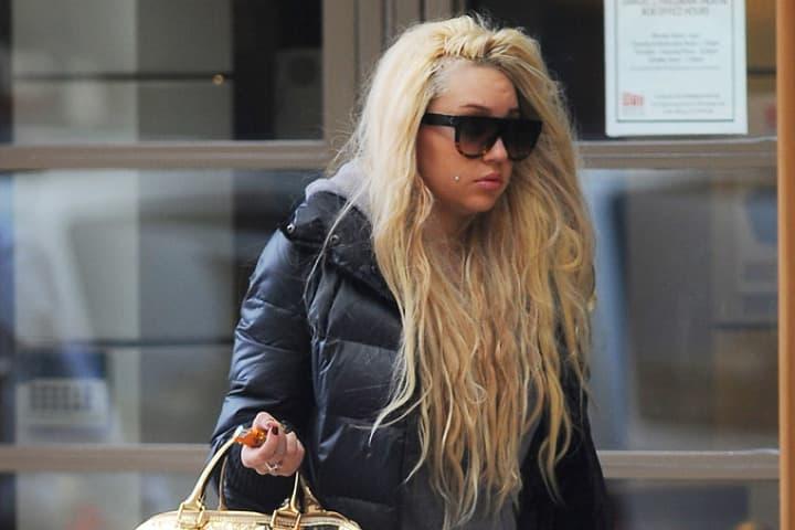 Tvrdi da su joj ugradili čip u glavu! (foto: DailyMail)