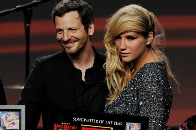 Dr Luke i Kesha preuzimaju nagradu za tekstopisca godine (foto: popcrush)
