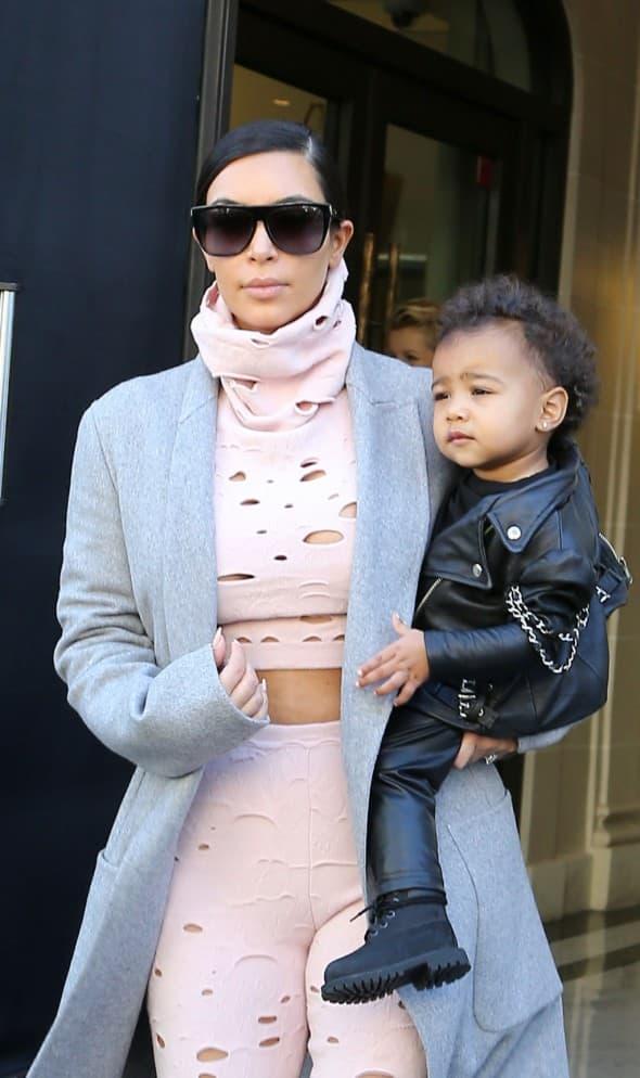 Kim Kardashian sa ćerkom ispred hotela (foto: global grind)