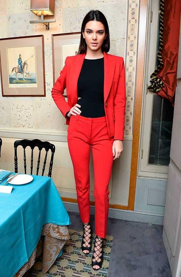 Kendall Jenner u crvenom odelu (foto: elle)