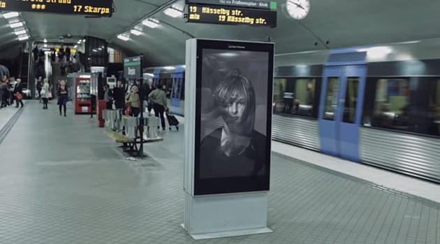 Interaktivna reklama u metrou u (foto: PrintScreen)