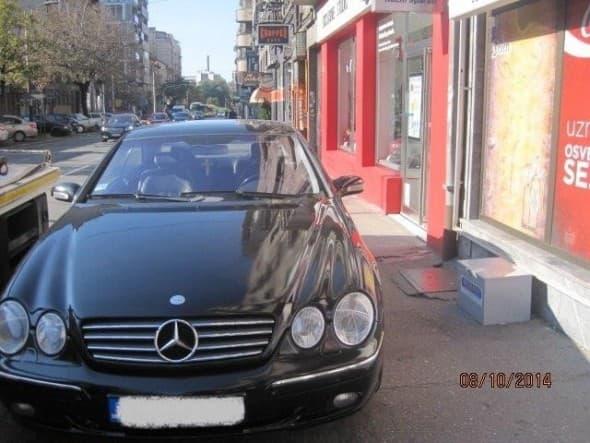 Automobil na trotoaru (foto: Srbija danas)