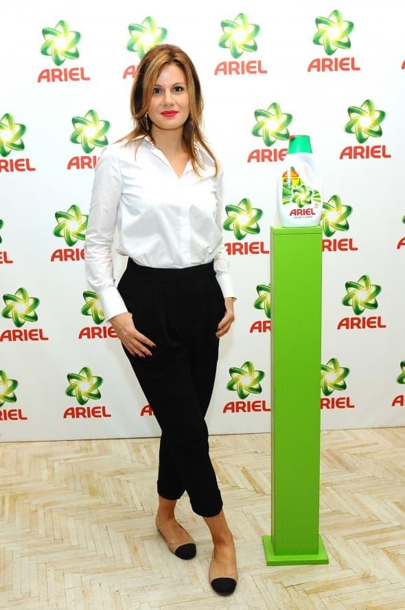 Voditeljka Maja Nikolić kao Ariel promoter