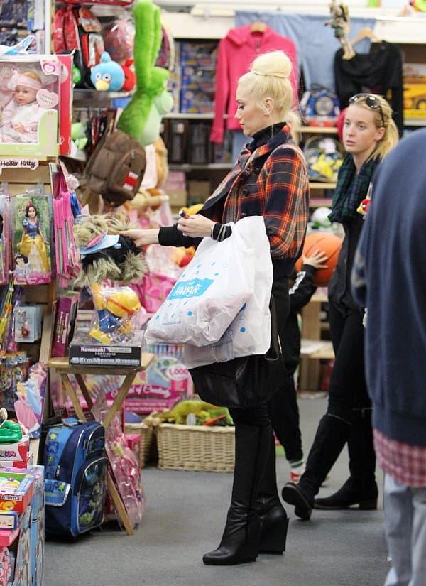 Gwen Stefani u kupovini sa decom ( foto: Celebuzz )