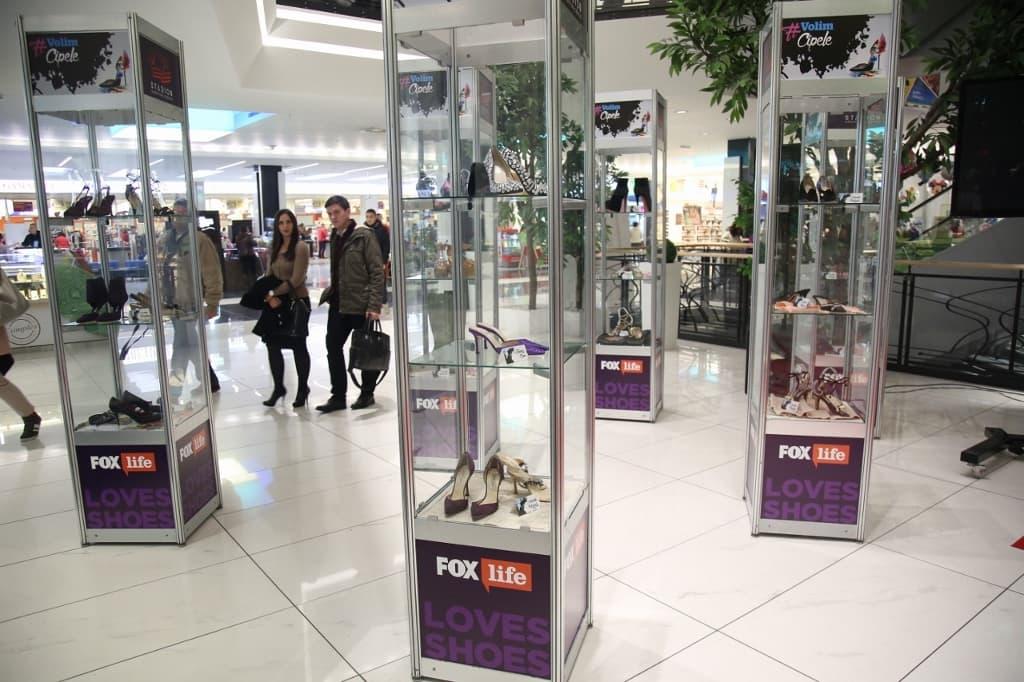 "U Stadion Shopping Centru sinoć je otvorena unikatna izložba cipela četiri najuticajnija dizajnera današnjice Manolo Blahnika, Christian Louboutina, Jimmy Chooa i Vivienne Westwood pod nazivom ""Volim cipele"" uz podršku FOX Life kanala (foto: PR)"