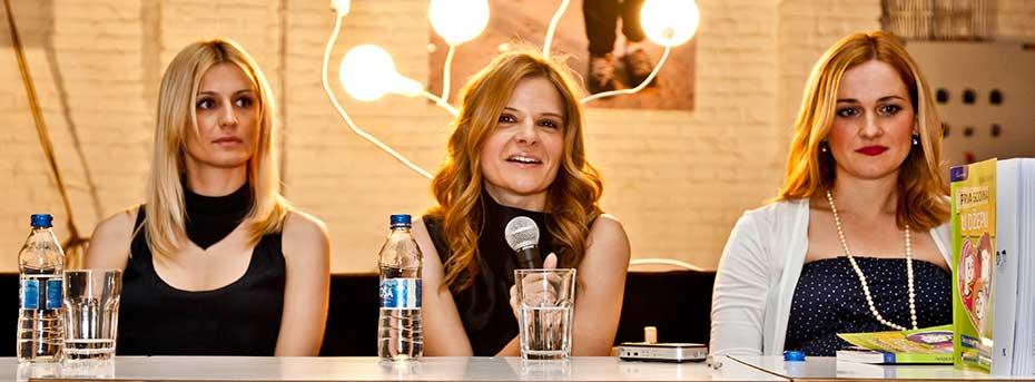 """Autorka kolumne, Tijana Vraneš (u sredini), na promociji svoje knjige """"Prva godina u džepu"""" (foto: Savrsena)"""